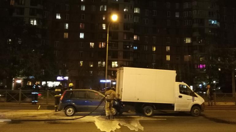 В Петербурге за вечер потушили три автомобильных пожара. В одном случае автомобиль загорелся после аварии, а два других стояли припаркованными во дворах.