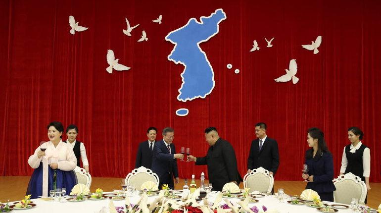Лидеры Северной и Южной Кореи Ким Чен Ын и Мун Чжэ Ин в ходе совместной встречи договорились избавиться от ядерного оружия.