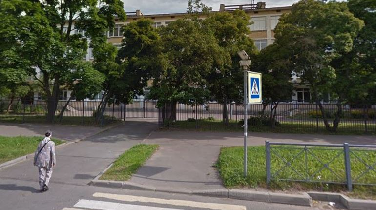 На уроке замещения в 111 школе Санкт-Петербурга произошел инцидент, отправивший преподавательницу в больничную палату. Женщина случайно ударила одного из учеников книгой по голове, а потом сама была госпитализирована с кровотечением. Представители школы отказались дать характеристику преподавателю и прокомментировать произошедшее.
