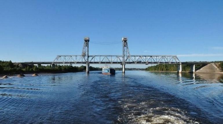 Часть трассы федерального значения Р-21 «Кола» придется временно перекрыть для автомобильного движения из-за разведения Ладожского моста и прохода рейдового буксира. Временные ограничения вступят в силу 20 сентября.