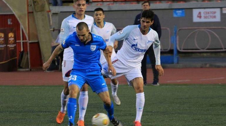 Петербургский футбольный клуб «Зенит-2» одержал победу над ФК «Сибирь». Игра проходила на стадионе в Новосибирске и завершилась со счетом 1:0 в пользу спортсменов из города на Неве.