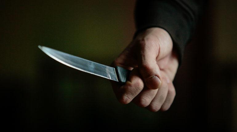 Пользователи социальных сетей сообщили о конфликте между молодым петербуржцем и вернувшимся из тюрьмы заключенным, который якобы вонзил в него нож в пылу ссоры на Васильевском острове.