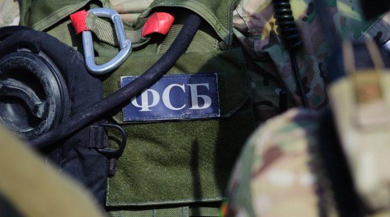 На здании академии СБУ появился огромный мурал с изображением украинского казака и бойца спецназа ФСБ РФ. Последнего взяли с обложки журнала о страйкболе.
