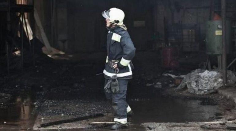 В городе Тихвин ночью тушили частный дом площадью 80 квадратный метров. При этом никто не пострадал.