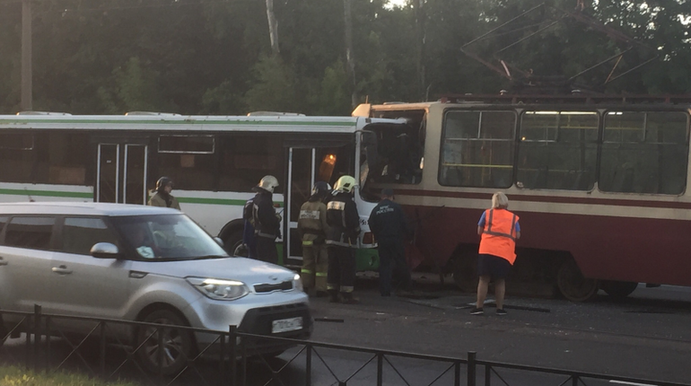 На Большой Пороховской улице утром 20 сентября произошло лобовое столкновение трамвая и автобуса. По словам очевидцев ДТП, не обошлось без пострадавших.