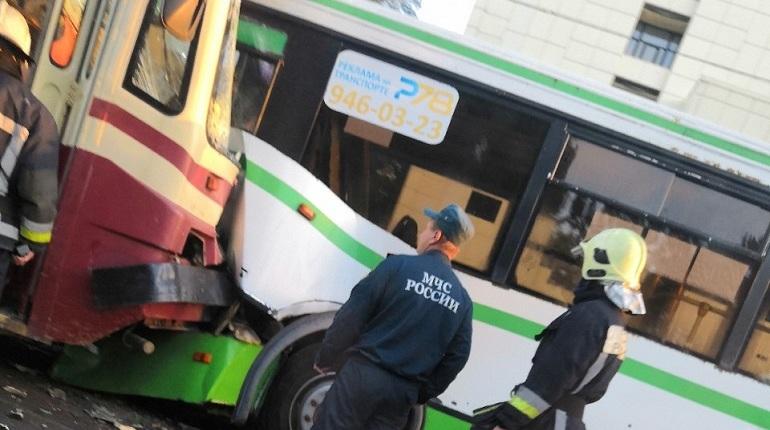 Спасатели вытащили водителя автобуса после ДТП на Большой Пороховской