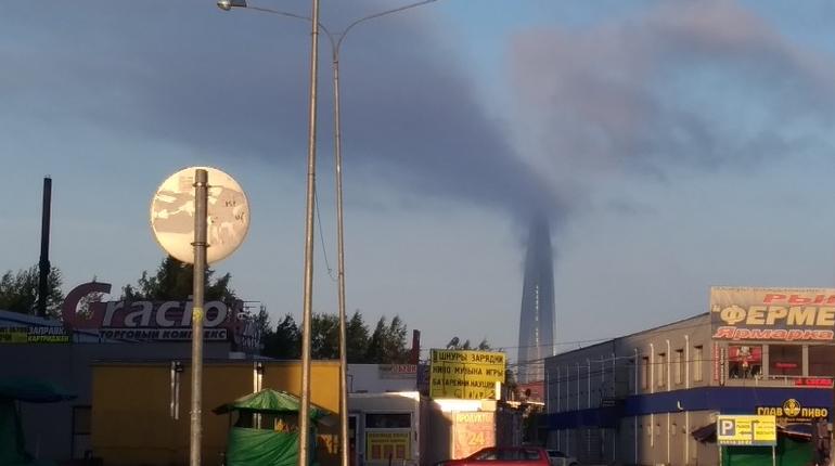 В Лахта-центре опровергли сообщения о пожаре. Оказалось, что небоскреб просто окутали облака.