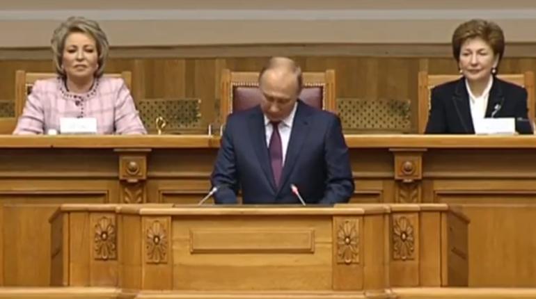 Российский президент Владимир Путин  рассказал о мерах поддержки для женщин в России в ходе Второго Евразийского женского форума, который проходит в Петербурге.