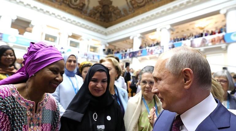 Российский президент Владимир Путин с трудом смог выбраться из плотного окружения дам после выступления на Втором Евразийком форуме.