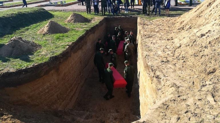 В Петербурге прошла торжественная церемония захоронения останков 220 красноармейцев, которые участвовали в обороне Ленинграда. Их захоронили на территории Невского пятачка в Ленобласти,
