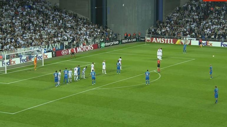 Счет в матче между петербургским ФК «Зенит» и датским «Копенгагеном» не мог сдвинуться с мертвой точки на протяжении всего первого тайма. В самом конце «сине-бело-голубым» все-таки удалось провести успешную атаку.