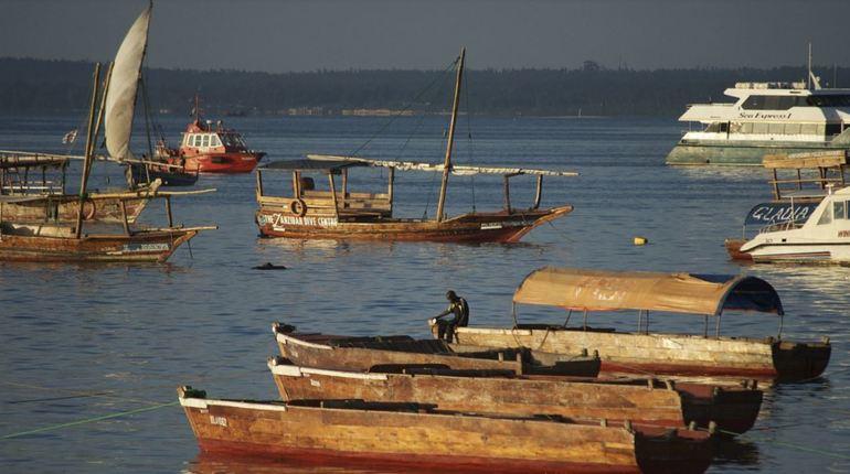 Крушение парома в Танзании унесло жизни 44 человек. Спасательную операцию пришлось временно приостановить из-за наступления темноты. Также стало известно, что 37 пассажиров удалось спасти.