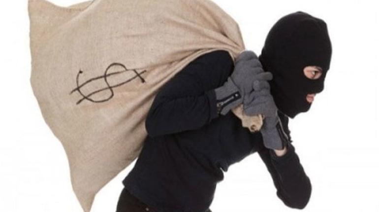 Пятеро разбойников напали на предпринимательницу с водителем в Гатчинском районе и завладели 700 тысячами рублей.