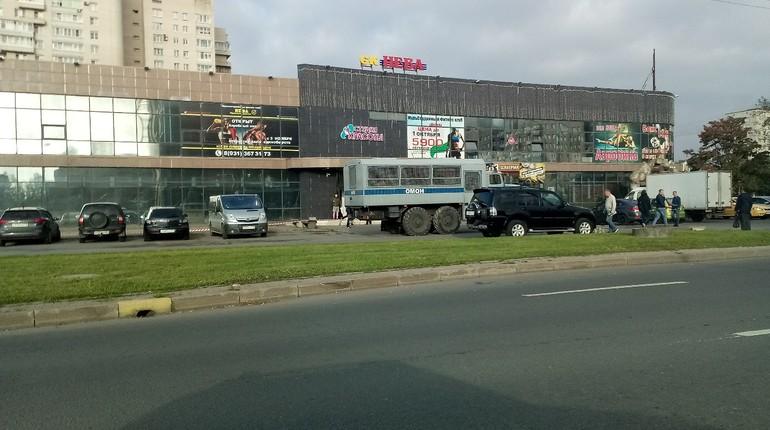 В Колпино в пятницу утром местные жители заметили ОМОН возле торгового центра