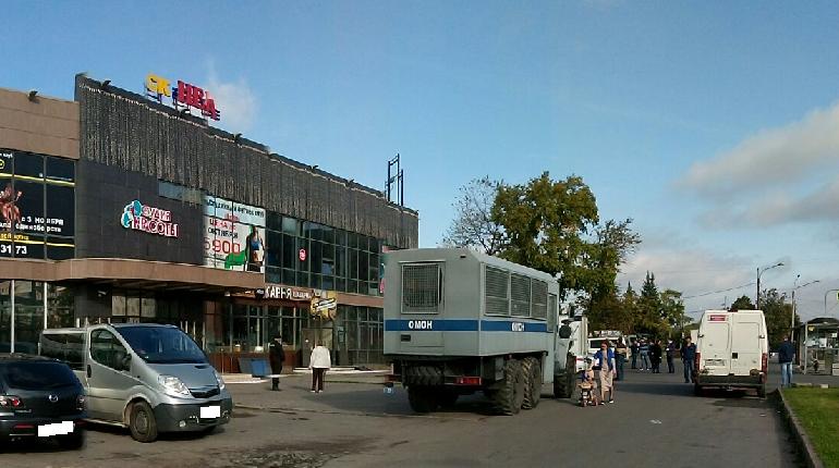 В Колпино на улице Веры Слуцкой сносят торговый центр