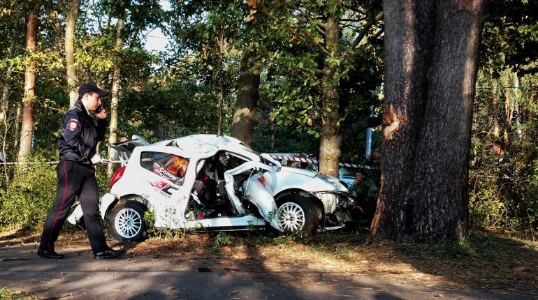 В Петербурге турнир LADA Rally Cup едва не закончился трагедией. Один из автомобилей влетел в дерево, экипаж госпитализирован.