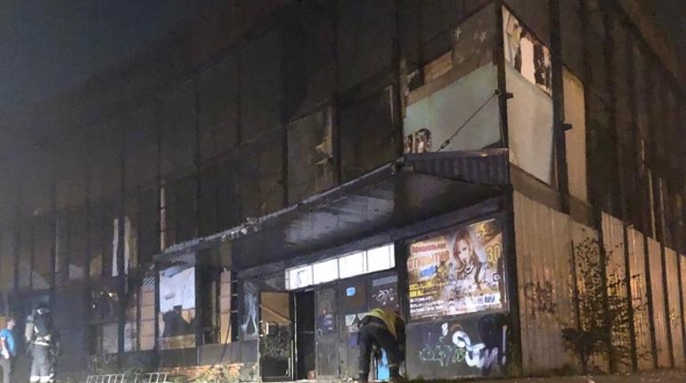 В Кировском районе Санкт-Петербурга очевидцы заметили сильный дым, который идет от здания кинотеатра