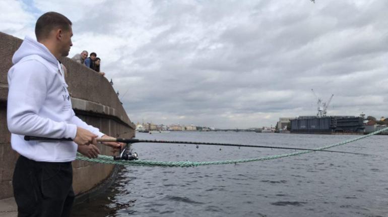 Голкипер футбольного «Зенита» Михаил Кержаков, как и обещал поклонникам, взял в руки удочку и пошел ловить рыбу. Вратарь отправился на Васильевский остров.