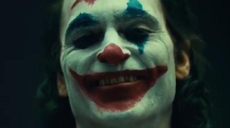 Кинокомпания Warner Brothers решила подразнить поклонников, опубликовав  первые кадры будущего фильма о Джокере. Персонажа сыграет актер Хоакин Феникс.