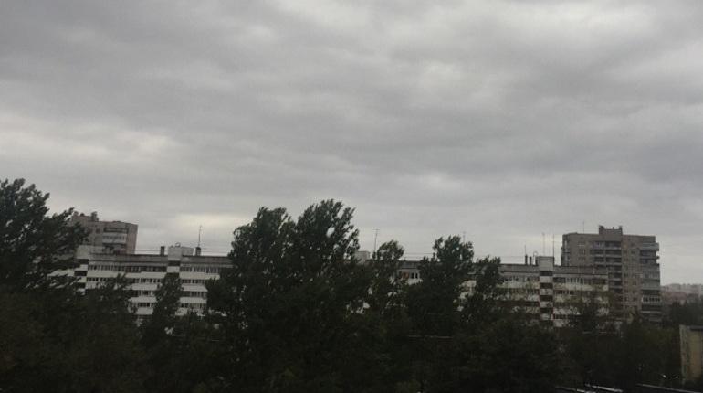 Печальные прогнозы синоптиков на эту субботу, похоже, начинают сбываться. Если еще утром в некоторых районах Петербурга светило солнце, то днем начался сильный дождь. Теперь объявленный Гидрометцентром России желтый уровень погодной опасности уже не кажется пустой страшилкой.
