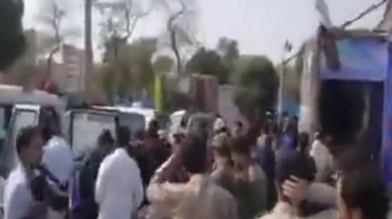 Иранские СМИ опубликовали кадры видео с военного парада, на котором неизвестные открыли стрельбу по военным. Происшествие называют терактом.