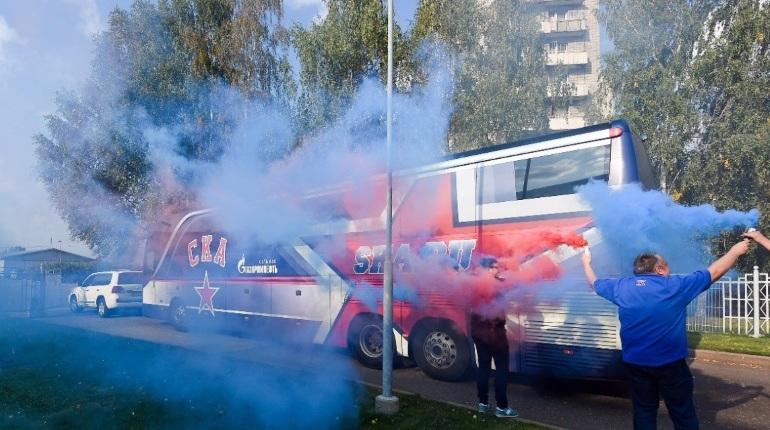 Болельщики подготовились к приезду СКА в Ярославль, где петербургской команде предстоит сыграть с местным «Локомотивом». Стоило автобусу хоккеистов из Северной столицы появиться на городских улицах, как его окутал сине-красный дым.