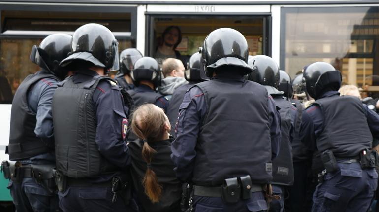 Несколько человек задержали в Петербурге после серии одиночных пикетов против пенсионной реформы. Акции прошли на Невском проспекте.