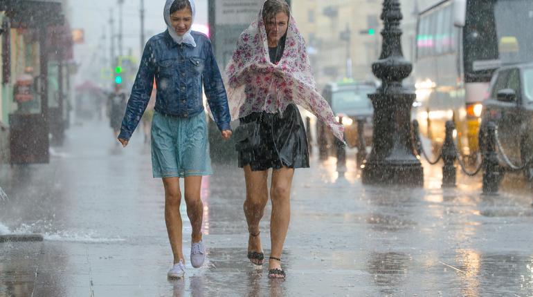 Воскресенье не сможет порадовать петербуржцев солнцем. Ветер, ливни и грозы, - такие подарки погода приготовила жителям Северной столицы.