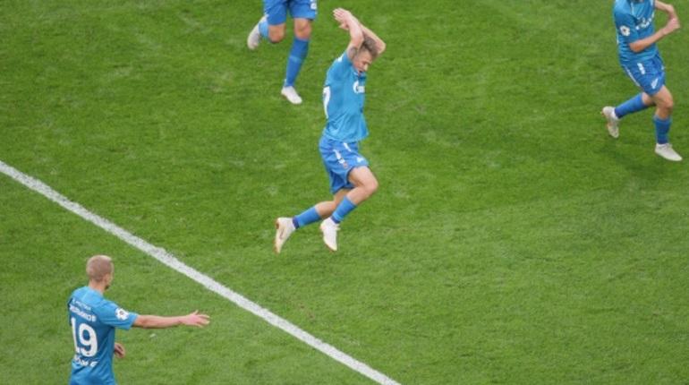 «Зенит» не перестает приводить в восторг своих болельщиков на стадионе «Санкт-Петербург». Петербуржцы отправили в ворота «Локомотива» уже четыре мяча.