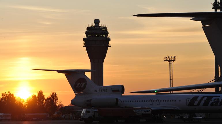 В петербургском аэропорту стало тесно в буквальном смысле этого слова. Выросший пассажиропоток вынудил оператора аэропорта и чиновник задуматься об увеличении площади. Пропускную способность аэропорта хотят увеличить с 18 до 35 миллионов пассажиров в год.