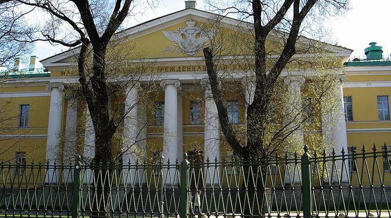 Ночью 26 сентября в Мариинскую больницу доставили 44-летнего мужчину с тяжелыми ранениями.