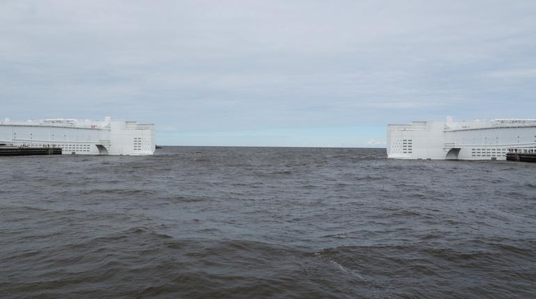 В Петербурге сняли угрозу наводнения. Утром 27 сентября дамбу, защищающую город от потопа и закрытую вечером 26 сентября, открыли.