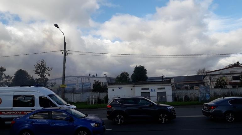 Пожарные 3 часа тушат склады возле БЦ Радуга