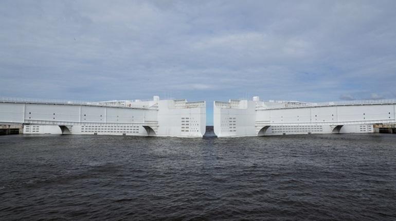 В Петербурге вновь закрыли дамбу