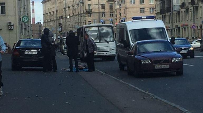 В сети рассказали об окровавленном трупе молодого человека, лежащем на улице Бабушкина в Петербурге с 8 часов утра 27 сентября. Также очевидец обратил внимание на то, что тело наполовину прикрыто полиэтиленом.