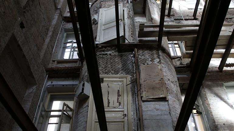 Жилищный комитет проверил состояние дома №20 на Зверинской улице, где по всему дому пошли трещины и обрушилась часть здания. Об этом сообщается на сайте