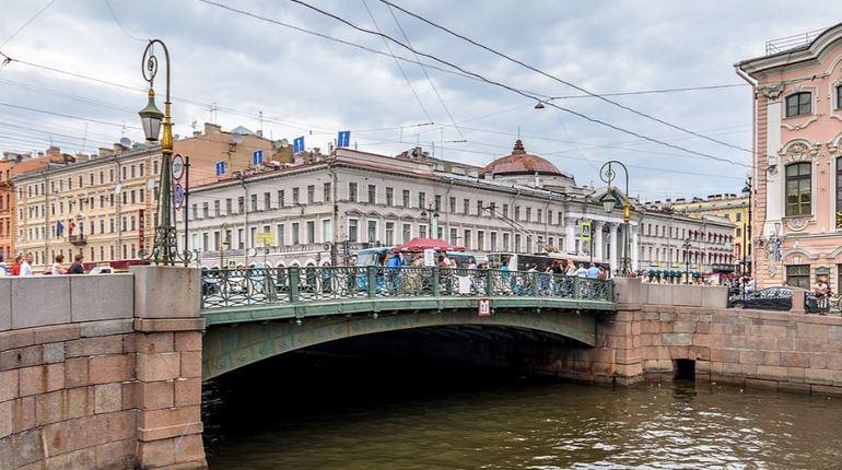 Капитану судна не удалось правильно оценить габариты прогулочного катера, застрявшего 27 сентября под Зеленым мостом в Петербурге на реке Мойке.