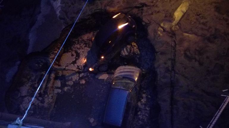 У дома 20 по Измайловскому проспекту прорвало трубу с горячей водой. В яму провалились два автомобиля.