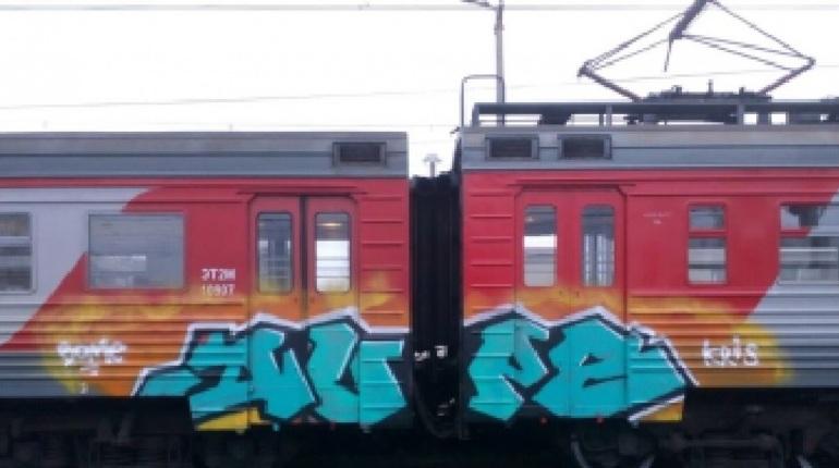 Петербуржцу грозит срок за граффити с именем любимой на поезде