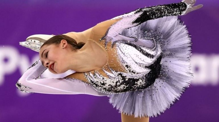 Российская фигуристка Алина Загитова установила абсолютный мировой рекорд на турнире в Оберстдорфе. После выступления олимпийская чемпионка получила 79,93 балла – она занимает первое место.