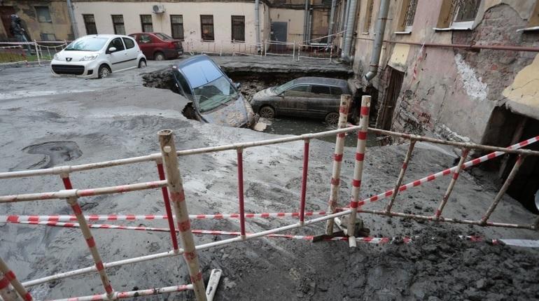 На месте трагедии на Измайловском проспекте, где в результате прорыва погибли два человека, теперь работает «Водоканал». Как оказалось, повреждены были сети водоотведения.