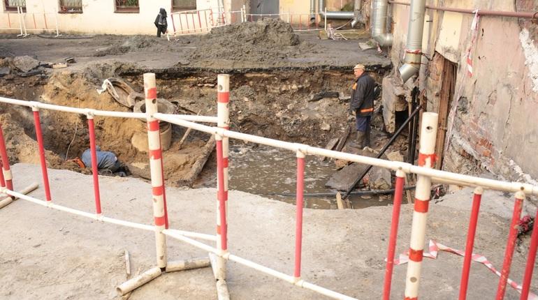 На месте прорыва на Измайловском проспекте, где произошел прорыв, в субботу, 29 сентября, продолжают работать аварийные бригады. Провал, который образовался накануне, закапывать не спешат.