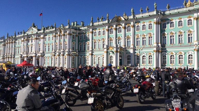 Байкеры устроили для жителей Петербурга настоящее шоу – по Невскому проспекту промчались тысячи мотоциклов. В субботу, 29 сентября, в Северной столице закрывают мотосезон.