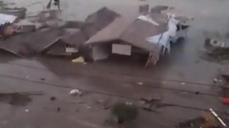 Число жертв цунами и землетрясения в Индонезии превысило 800 человек