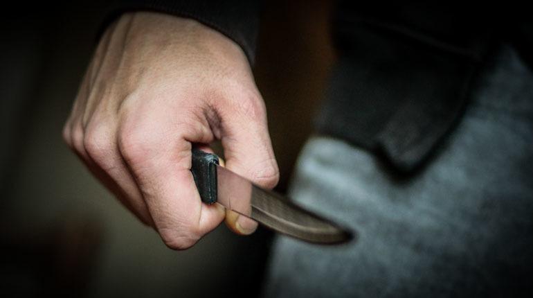 В Петербурге полицейские задержали местного жителя, который во время пьяной драки начал размахивать ножом и ранил двух знакомых. Правоохранители решают вопрос о возбуждении уголовного дела.