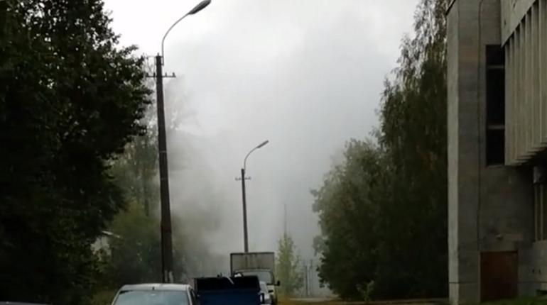 На улице Одоевского в Василеостровском районе Петербурга произошел прорыв трубы, сообщают очевидцы.