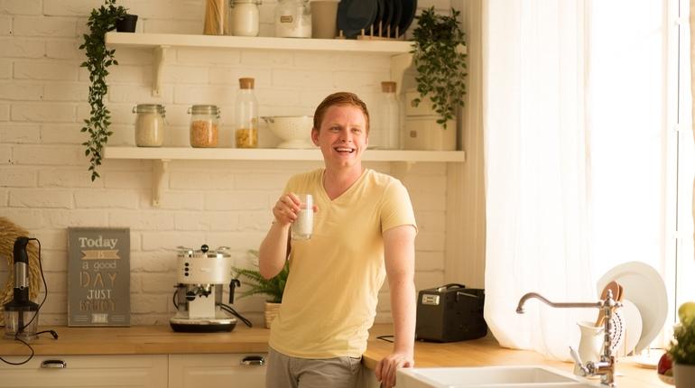 Аспирант петербургского Университета ИТМО Артем Лепешкин разработал сухую смесь, которая может заменить не только завтрак, но обед и ужин. Одного стакана порошка, разведенного в воде, достаточно, чтобы не хотеть есть в течение четырех часов.