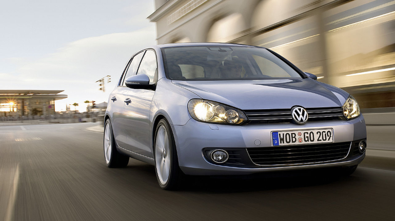 В РФ вновь начнут продавать хэтчбек Volkswagen Golf. Российские дилеры уже начали прием заказов на авто, которое покинуло рынок два года назад.