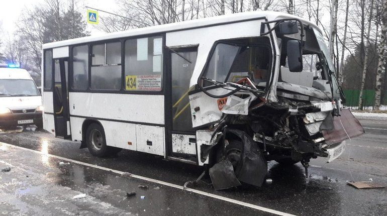 "На Выборгском шоссе ""Мицубиси"" после заноса врезался в маршрутку"