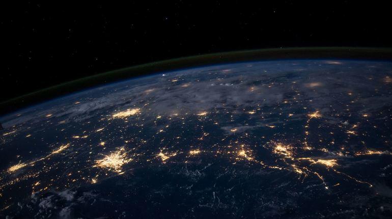 Астрономы неоднократно говорили о рисках после запуска ускорителей частиц вроде Большого адронного коллайдера. Устройство может положить конец голубой планете. Сжать Землю до 100 метров или сформировать черную дыру, которая поглотит все живое.